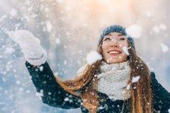 冬天少妇画象 秀丽快乐的式样女孩笑和获得乐趣在冬天公园 美丽的妇女年轻人 免版税库存照片