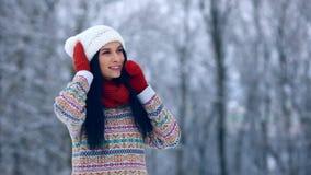 冬天少妇画象 秀丽快乐的式样女孩笑和获得乐趣在冬天公园 美丽的妇女年轻人 影视素材