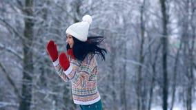 冬天少妇画象 秀丽快乐的式样女孩笑和获得乐趣在冬天公园 美丽的妇女年轻人 股票视频
