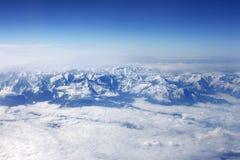 冬天山和白色云彩 免版税库存照片