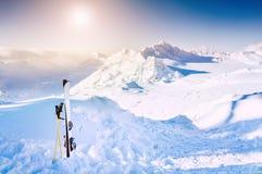 冬天山和滑雪设备在雪 免版税库存照片