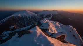 冬天山在高峰Rozsutec的风景日落,时间间隔 股票录像