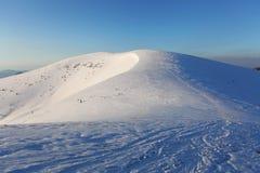 冬天山环境美化与蓝天在晴天 免版税库存照片