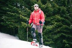冬天山的登山人 免版税库存照片