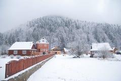 冬天山的美丽的村庄 免版税库存图片