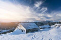 冬天山的老木房子 库存图片