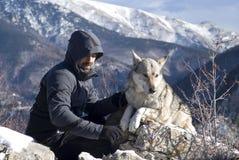冬天山的远足者 免版税库存照片