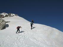 冬天山的远足者 免版税图库摄影