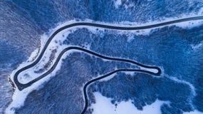 冬天山路视图从上面 免版税图库摄影