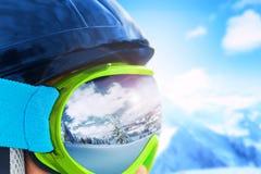 冬天山风景的反射在滑雪帽的 浅深度的域 库存图片