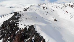 冬天山风景的鸟瞰图 厄尔布鲁士山南部地区的手段的积雪的岩石倾斜 影视素材