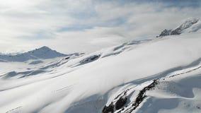 冬天山风景的鸟瞰图 厄尔布鲁士山南部地区的手段的积雪的岩石倾斜 股票录像