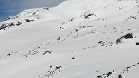 冬天山风景的鸟瞰图 手段的积雪的岩石倾斜的旅馆Bivuak南部 影视素材