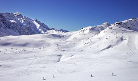 冬天山,全景积雪覆盖的峰顶意大利阿尔卑斯 免版税库存图片