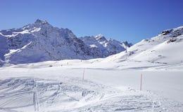 冬天山,全景-意大利阿尔卑斯的积雪覆盖的峰顶 图库摄影