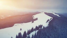 冬天山,日落时间 手段滑雪 影视素材
