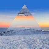 冬天山 几何反射作用 库存图片