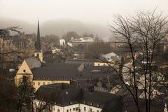冬天市的雾视图卢森堡 免版税库存照片