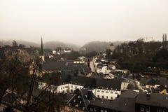 冬天市的雾视图卢森堡 库存照片