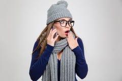 冬天布料的妇女谈话在电话 库存图片