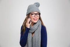 冬天布料的妇女谈话在电话 库存照片