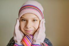 冬天帽子和围巾的小美丽的女孩 库存照片