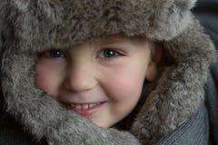 冬天帽子的一个小男孩 免版税库存图片