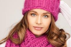 冬天帽子的美丽的妇女 免版税库存图片