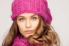 冬天帽子的美丽的妇女 免版税库存照片