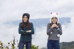 冬天帽子的美女在薄雾女孩海背景一个帽子的在山背景  免版税库存图片