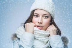 冬天帽子的面孔女孩 免版税库存照片