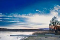冬天平衡结冰的湖河的日落paysage风景 免版税库存图片