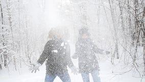 冬天年轻夫妇获得使用的乐趣在雪户外 冬天和圣诞节概念 影视素材