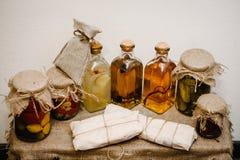 冬天库存在家在玻璃瓶子的罐头 在减速火箭,土气样式的生活在背景礼物盒在麻袋布被包装 免版税库存图片