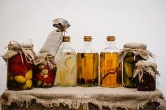 冬天库存在家在玻璃瓶子的罐头 在减速火箭,土气样式的生活在背景礼物盒在麻袋布被包装 图库摄影