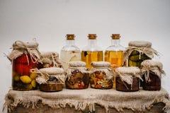 冬天库存在家在玻璃瓶子的罐头 在背景礼物盒的减速火箭,土气样式在麻袋布被包装 免版税库存图片