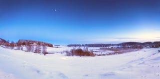 冬天微明 美丽的目的地横向滑雪雪 库存照片