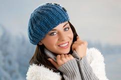 冬天微笑的少妇 免版税库存图片