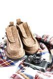 冬天感觉起动、老葡萄酒照相机、杉木锥体和围巾在白色 库存图片