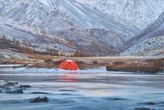 冬天或晚秋天在山,偏僻野营和河 库存图片