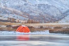 冬天或晚秋天在山 偏僻野营和河 免版税图库摄影