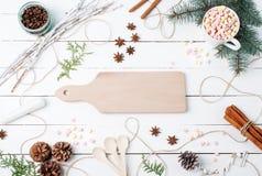 冬天或秋天构成 热巧克力用蛋白软糖,肉桂条,茴香星,匙子,咖啡种子,冷杉,杉木锥体 库存图片