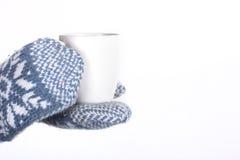 冬天手套和热杯子 免版税库存照片