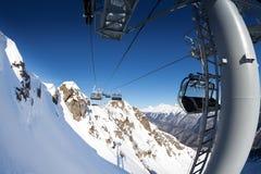 冬天手段的滑雪电缆车全景在谷 库存图片
