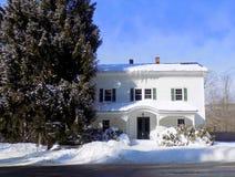 冬天报道的历史的Saltbox议院关闭  库存图片