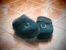 冬天拖鞋在多雨的冬季天 库存图片