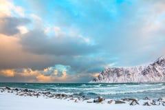 冬天挪威 早晨和海海浪 免版税库存图片