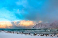 冬天挪威 海海浪和色的云彩 免版税库存照片