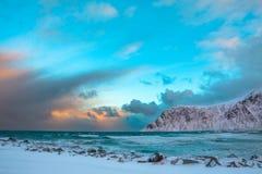 冬天挪威 海海浪和鸟在波浪上 库存照片