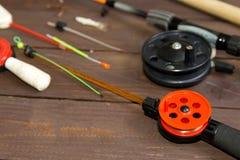 冬天捕鱼的滑车 钓鱼竿和辅助部件在一张木桌上 顶视图 库存照片